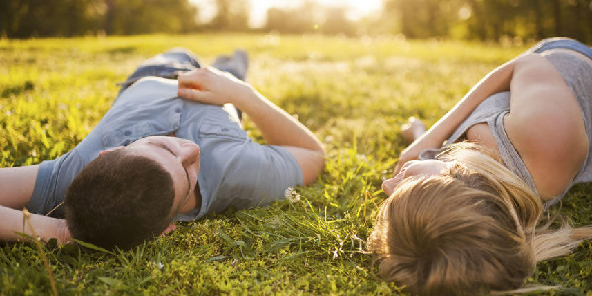 young-couple-lies-on-back-in-the-grass